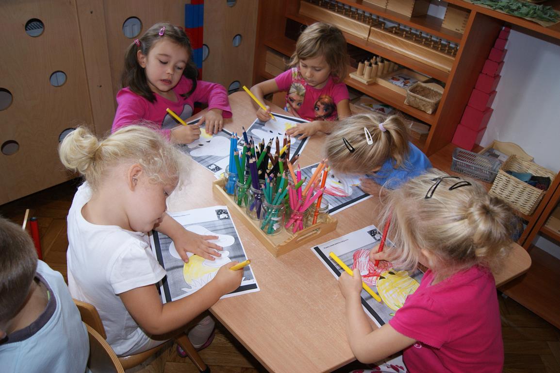 Dzieci z grupy II chętnie wykonują zadania w kartach pracy.