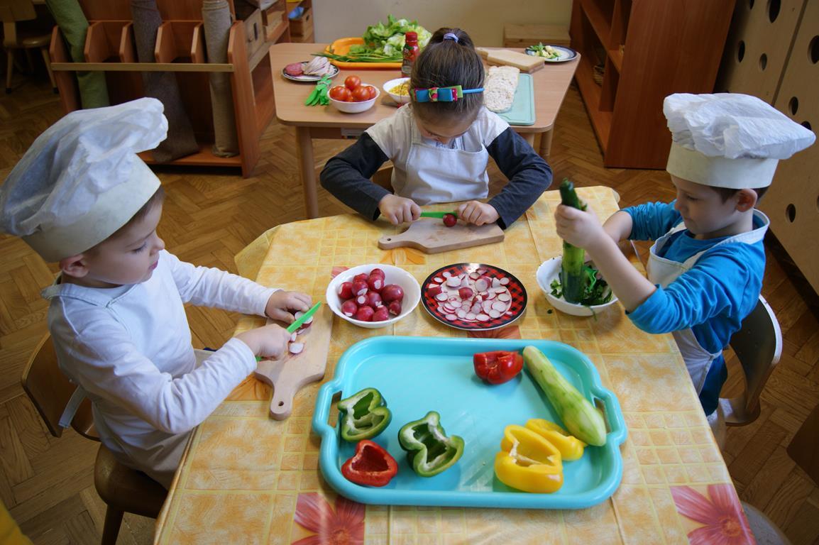 Dzieci z grupy II przygotowują kanapki