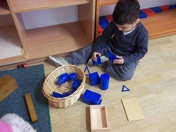 Praca z materiałem rozwojowym Marii Montessori