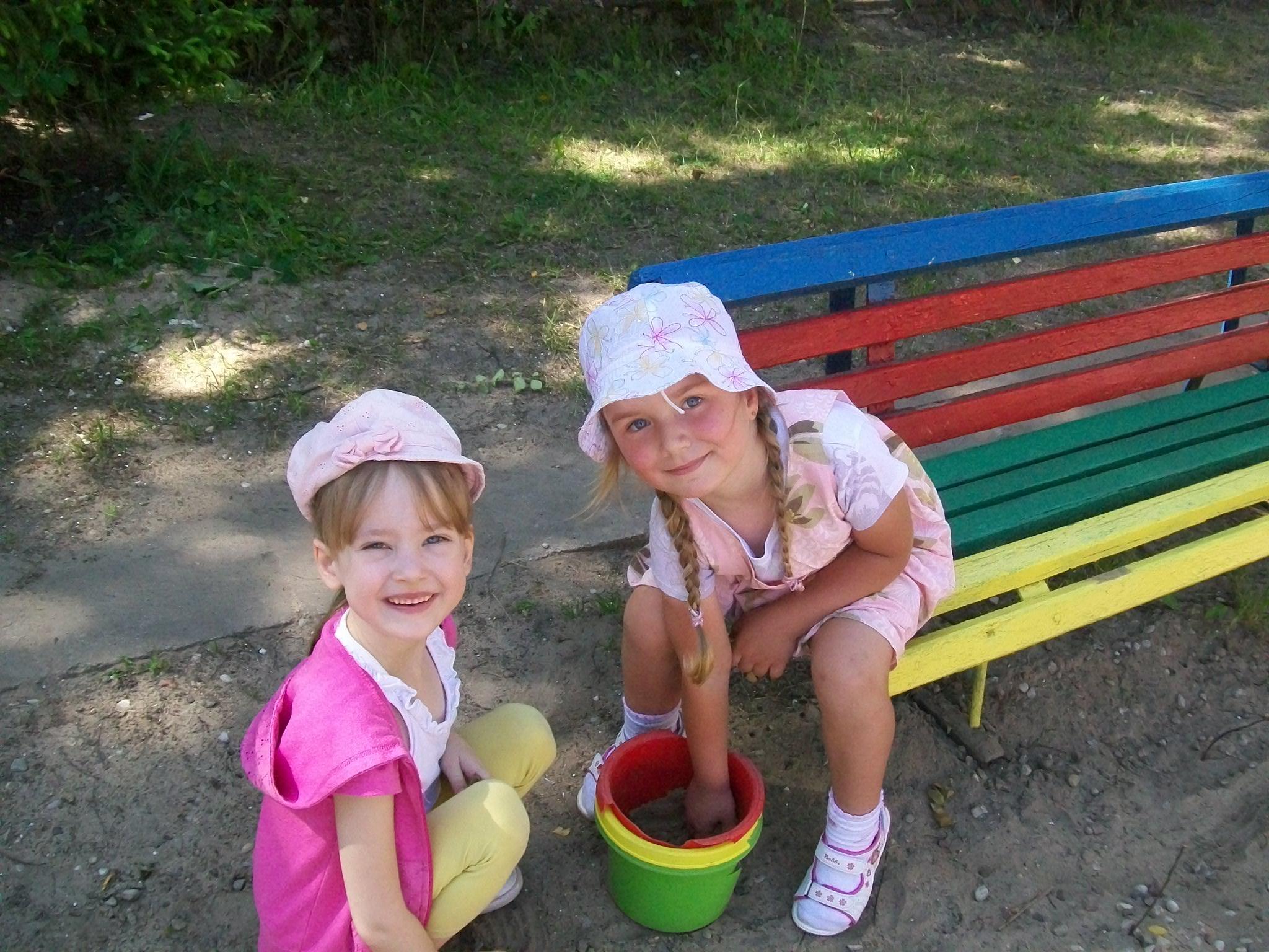 Dzieci z grupy V – zabawa na podwórku.