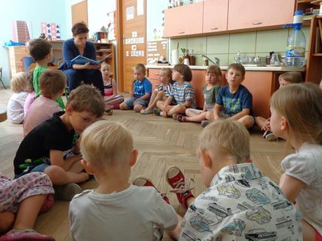 Mama Tymka i Szymona z grupy V czyta dzieciom.