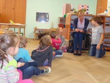 Mama Ani z grupy V czyta dzieciom.
