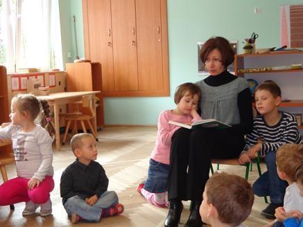 Mama Izy z grupy V czyta dzieciom