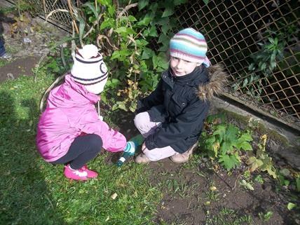 Dzieci z grupy III sadzą drzewka.