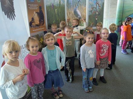 Dzieci z grupy IV na wystawie przyrodniczej Opery i Filharmonii Podlaskiej