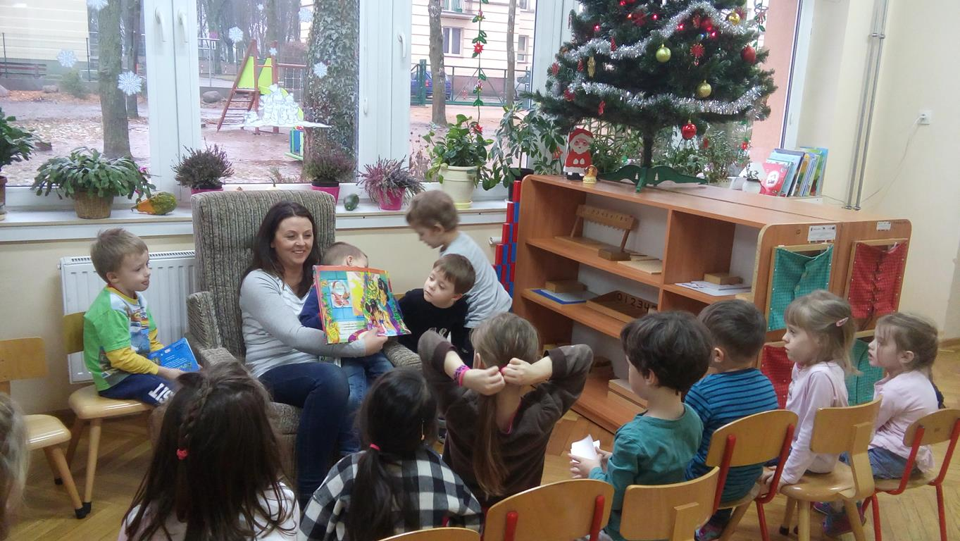Mama Anastazji i Dawidka czyta dzieciom z grupy IV
