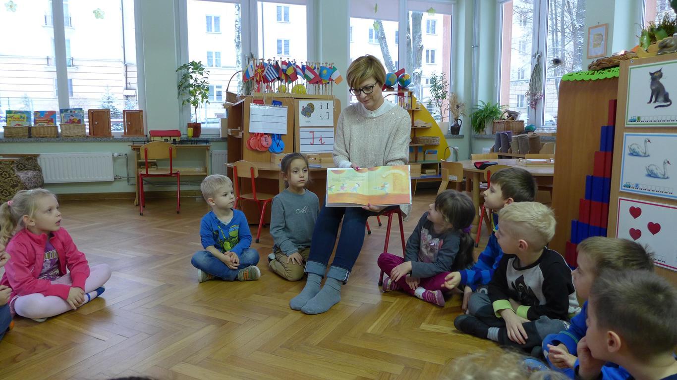 Rodzice czytają dzieciom w grupie I