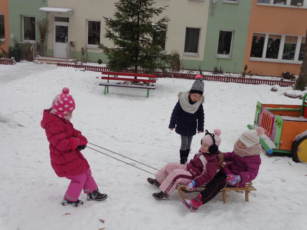 Zabawy na śniegu – grupa V