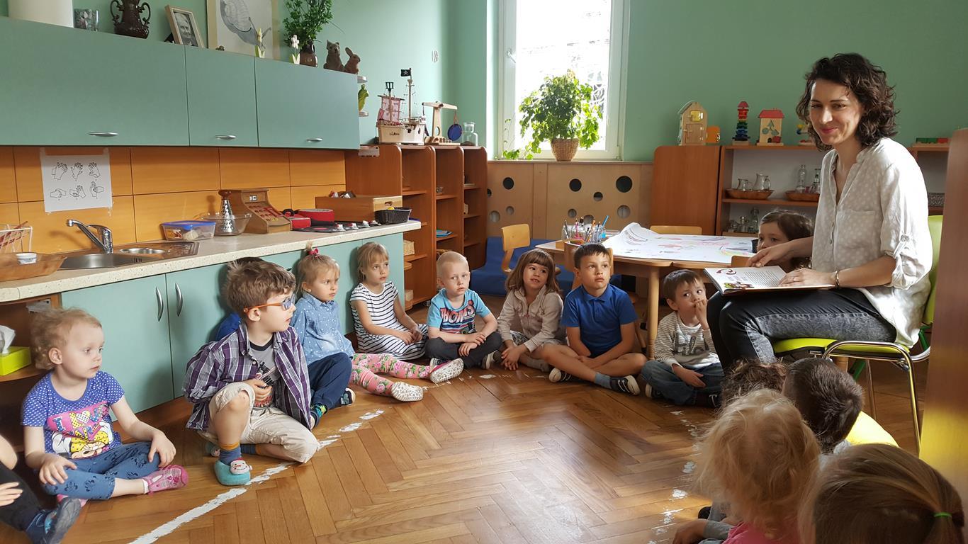 Rodzice czytają dzieciom w grupie VI