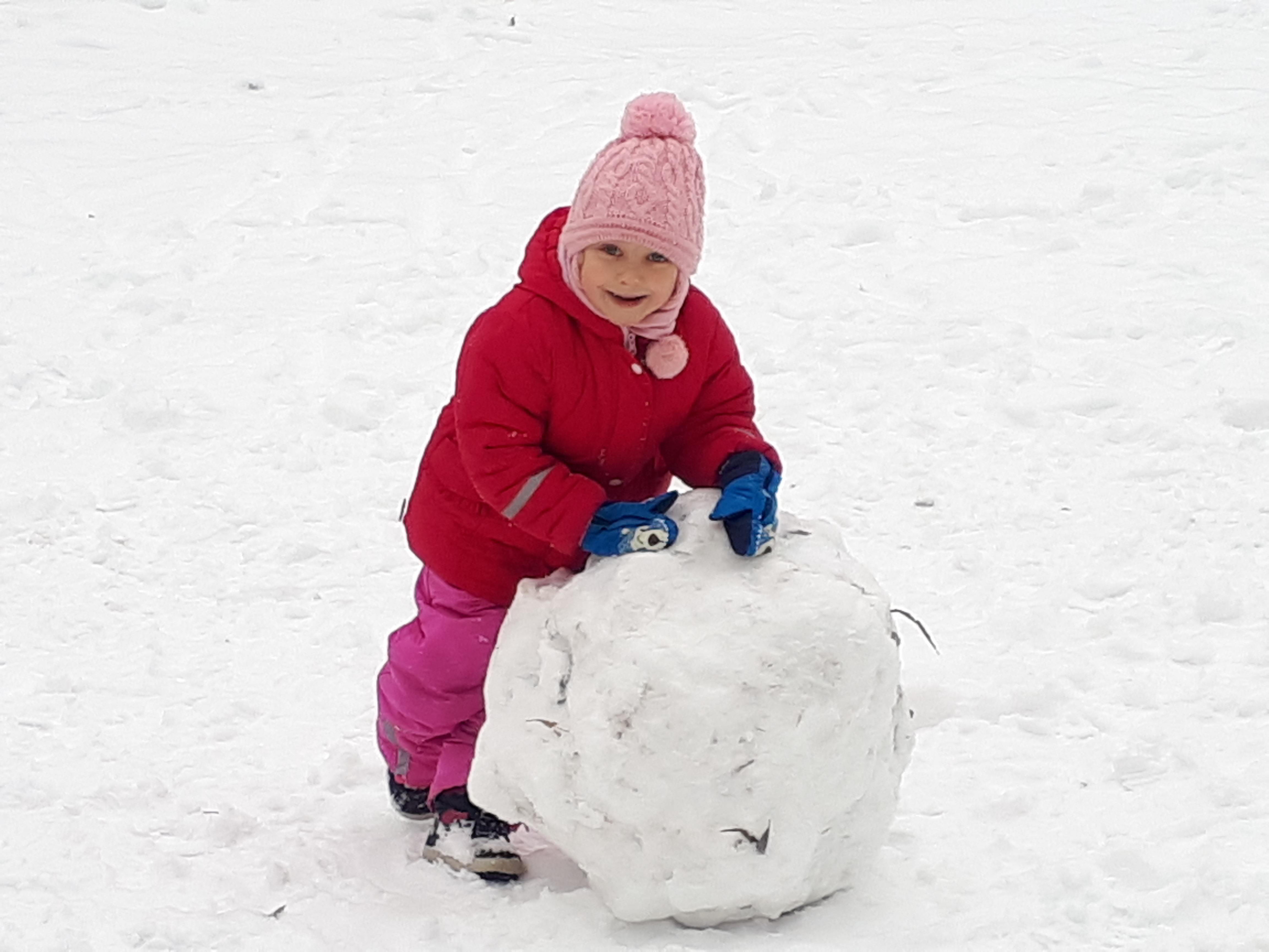 Zimowe zabawy na śniegu dzieci z grupy II