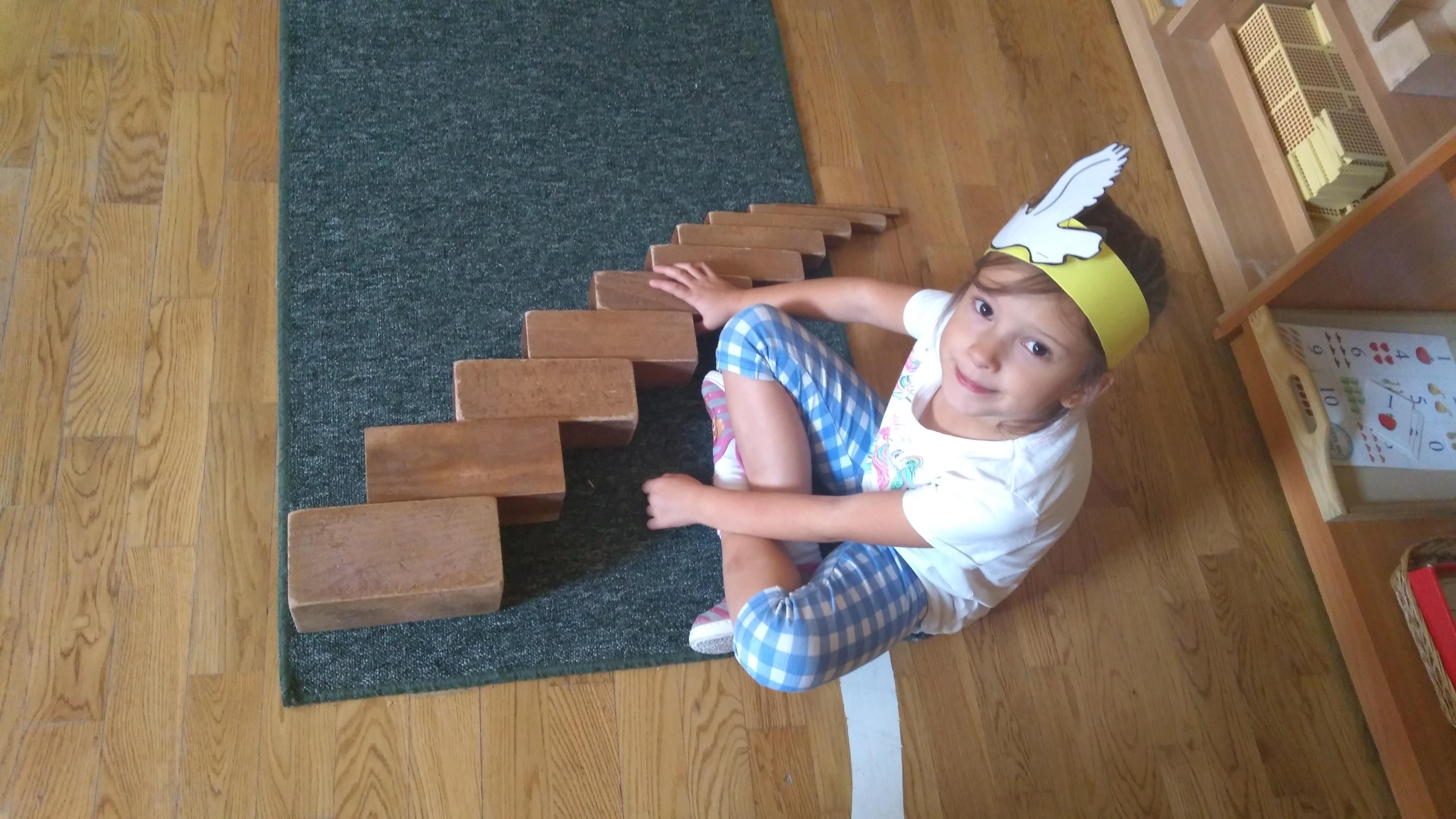 Ćwiczenia z brązowymi schodami – inspiracje dzieci z grupy VII