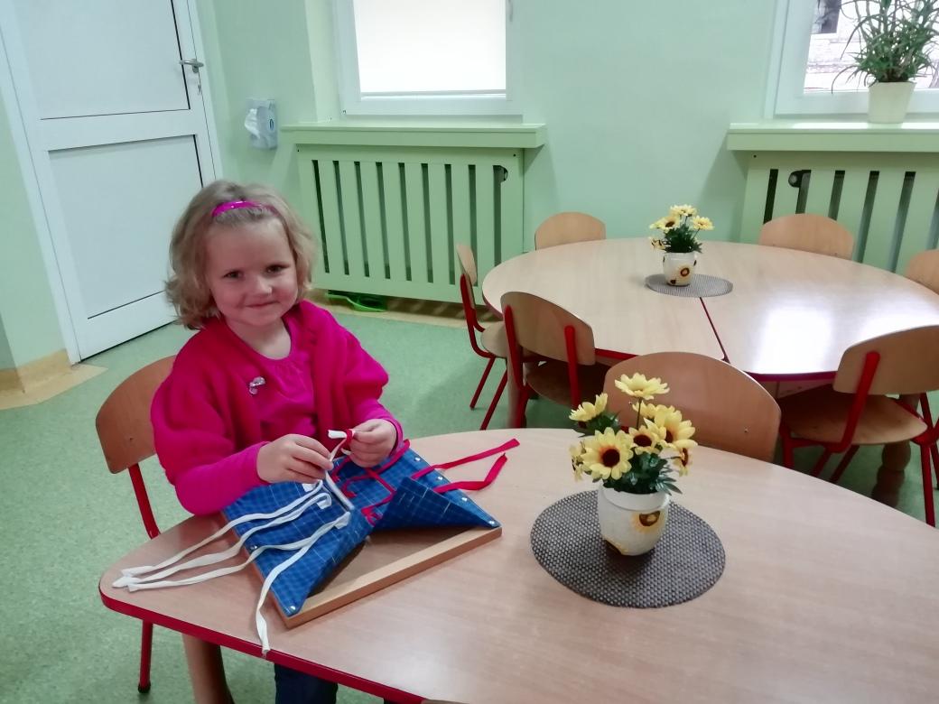 Praca z materiałem rozwojowym Marii Montessori w grupie IV