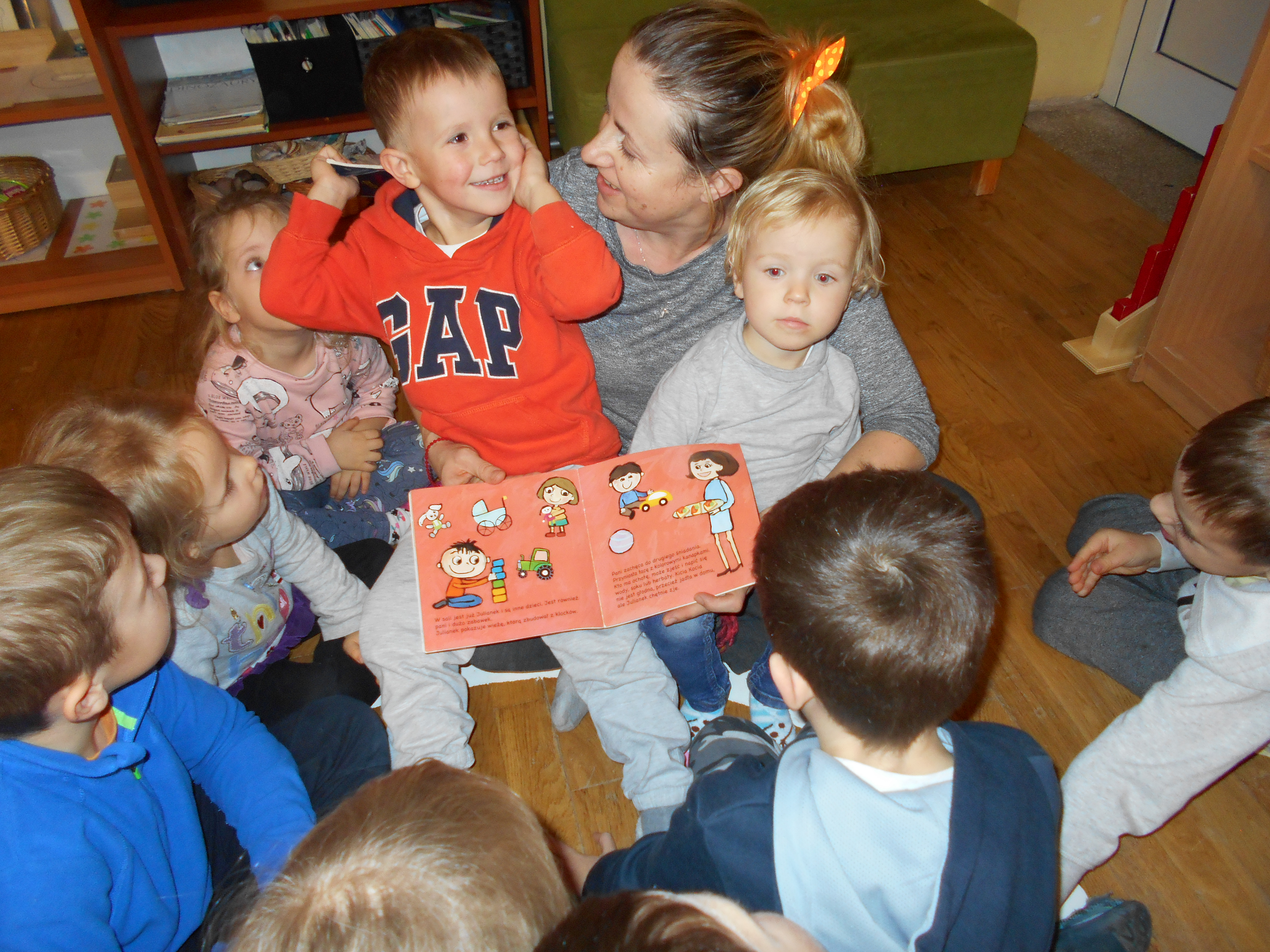 Mama Grzesia czyta dzieciom
