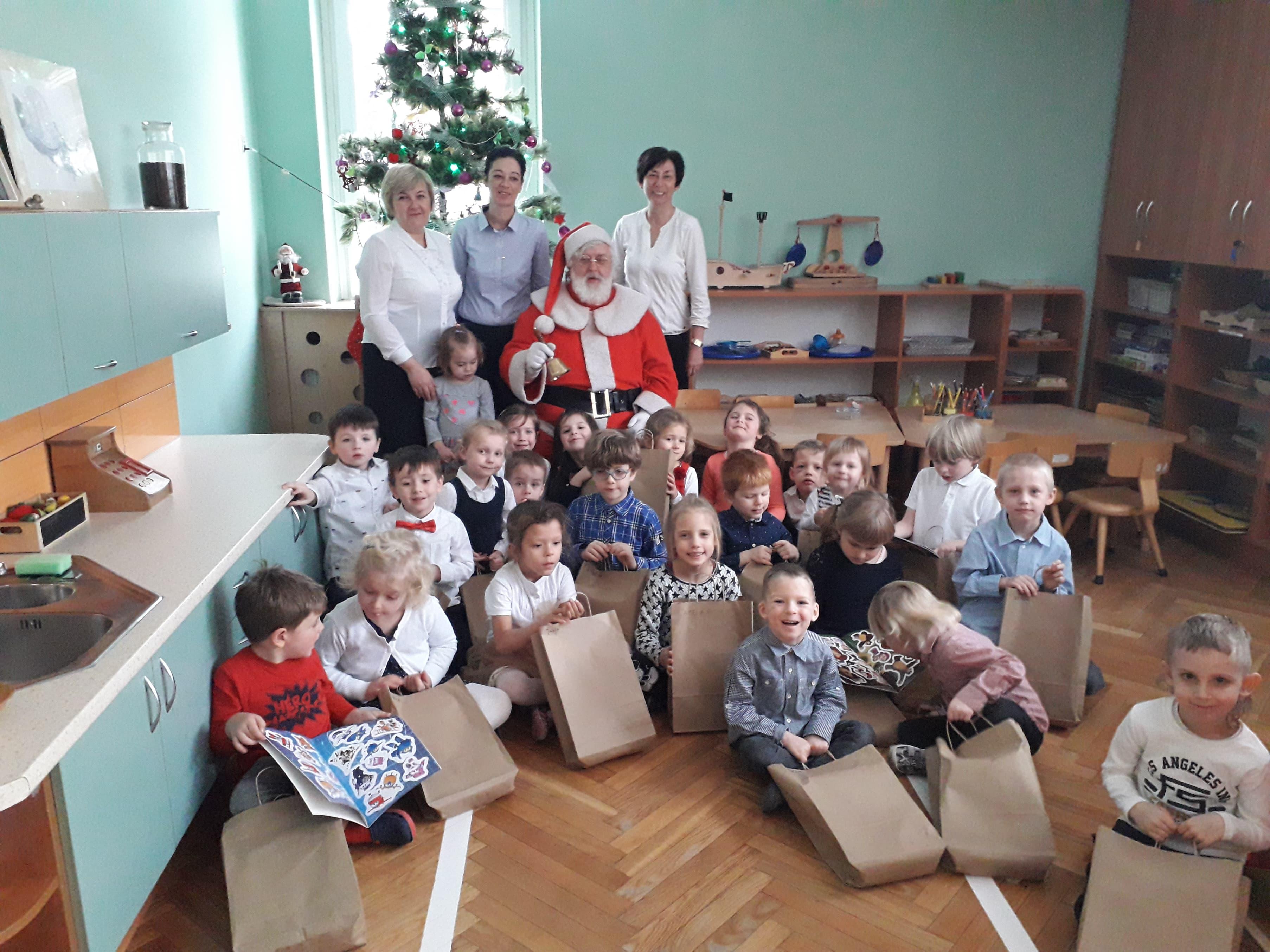 Wigilijne spotkanie z Mikołajem w grupie VI
