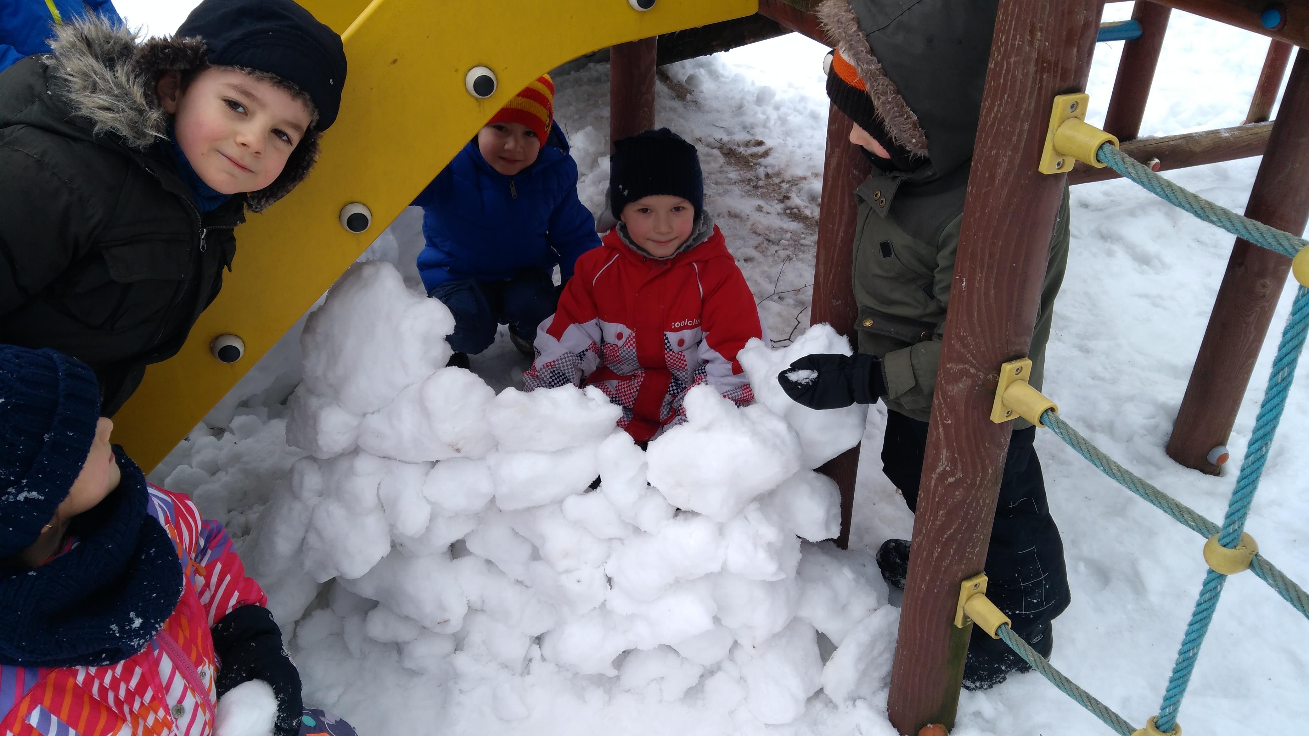 Zabawy na śniegu – grupa VII
