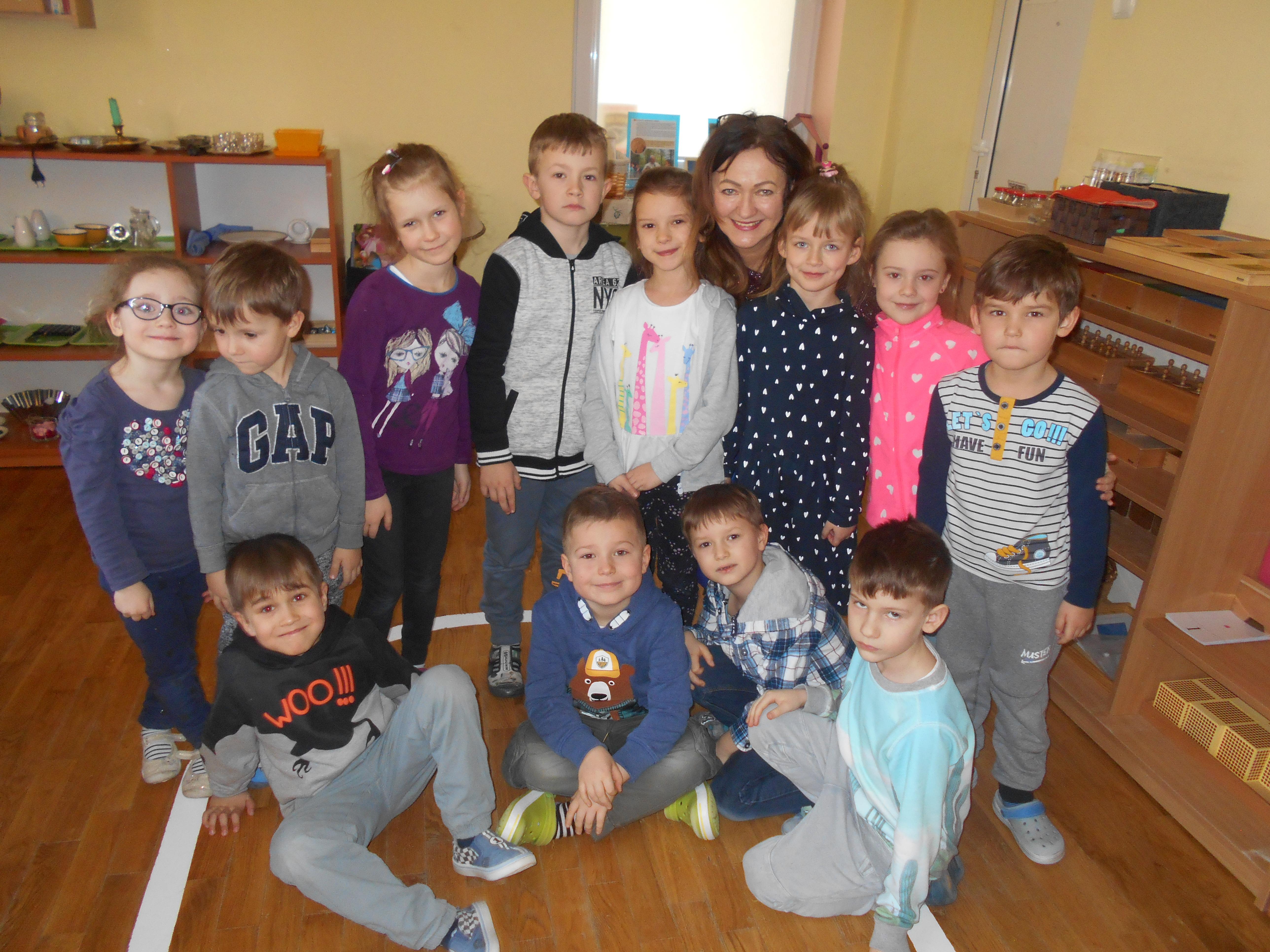 Babcia Oliwki i Kajtusia czyta dzieciom – grupa VII