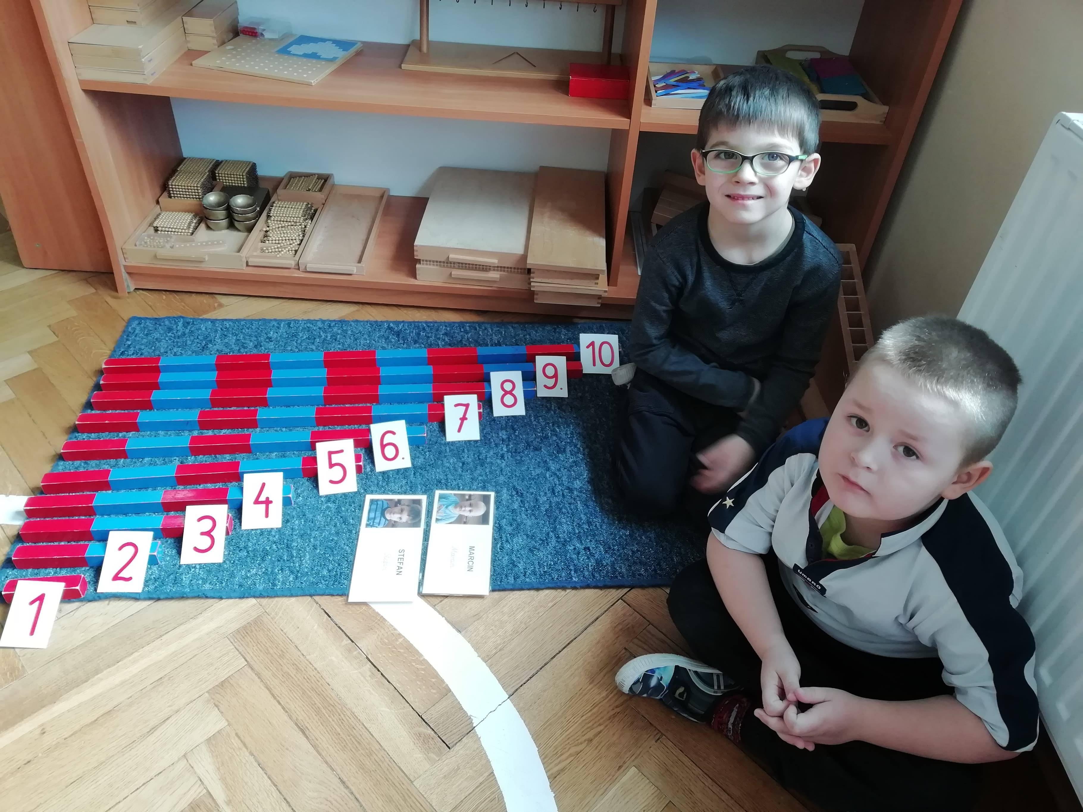 Dzieci z grupy IV pracują materiałem rozwojowym Marii Montessori