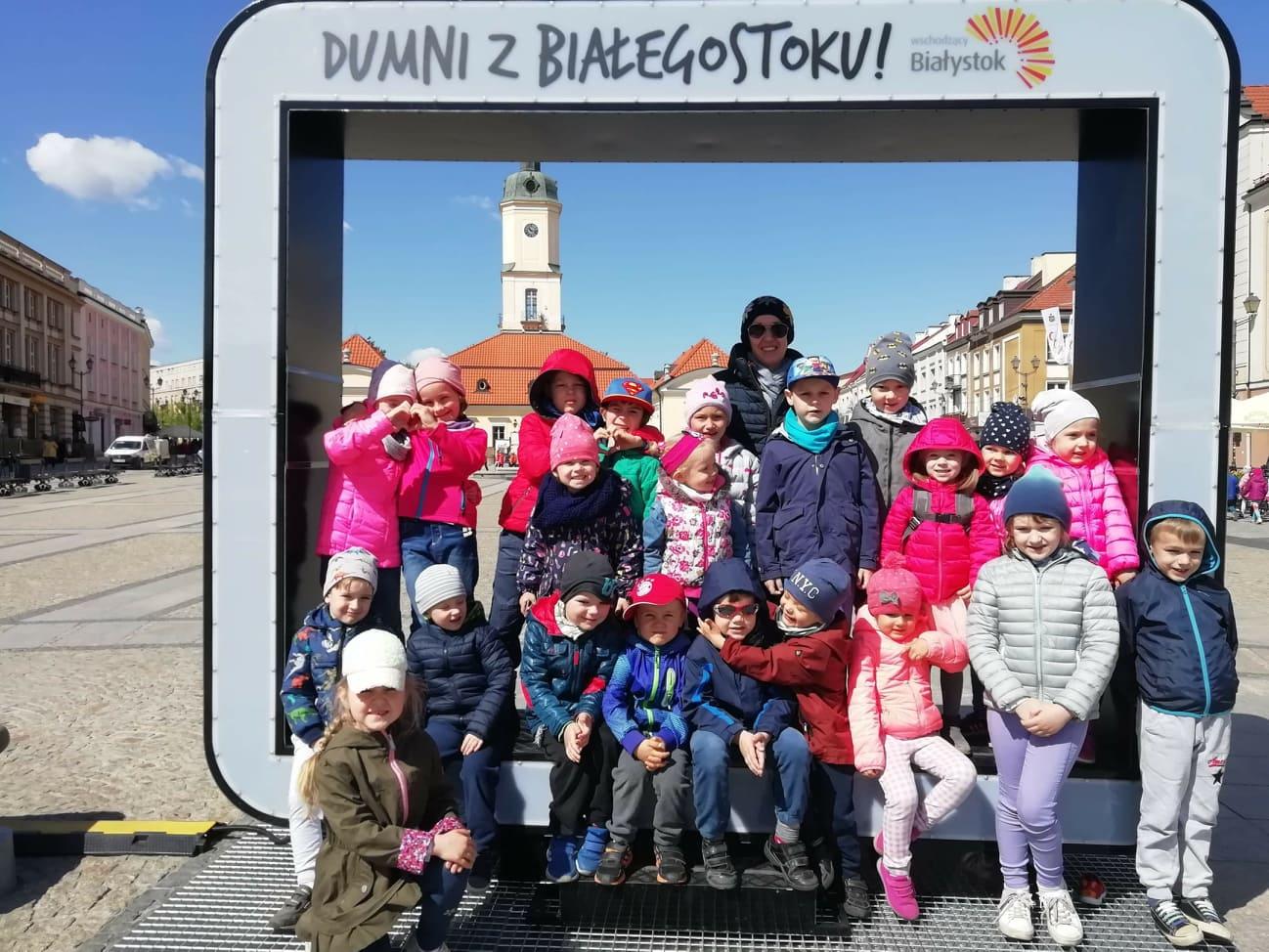 Grupa V spaceruje po centrum Białegostoku