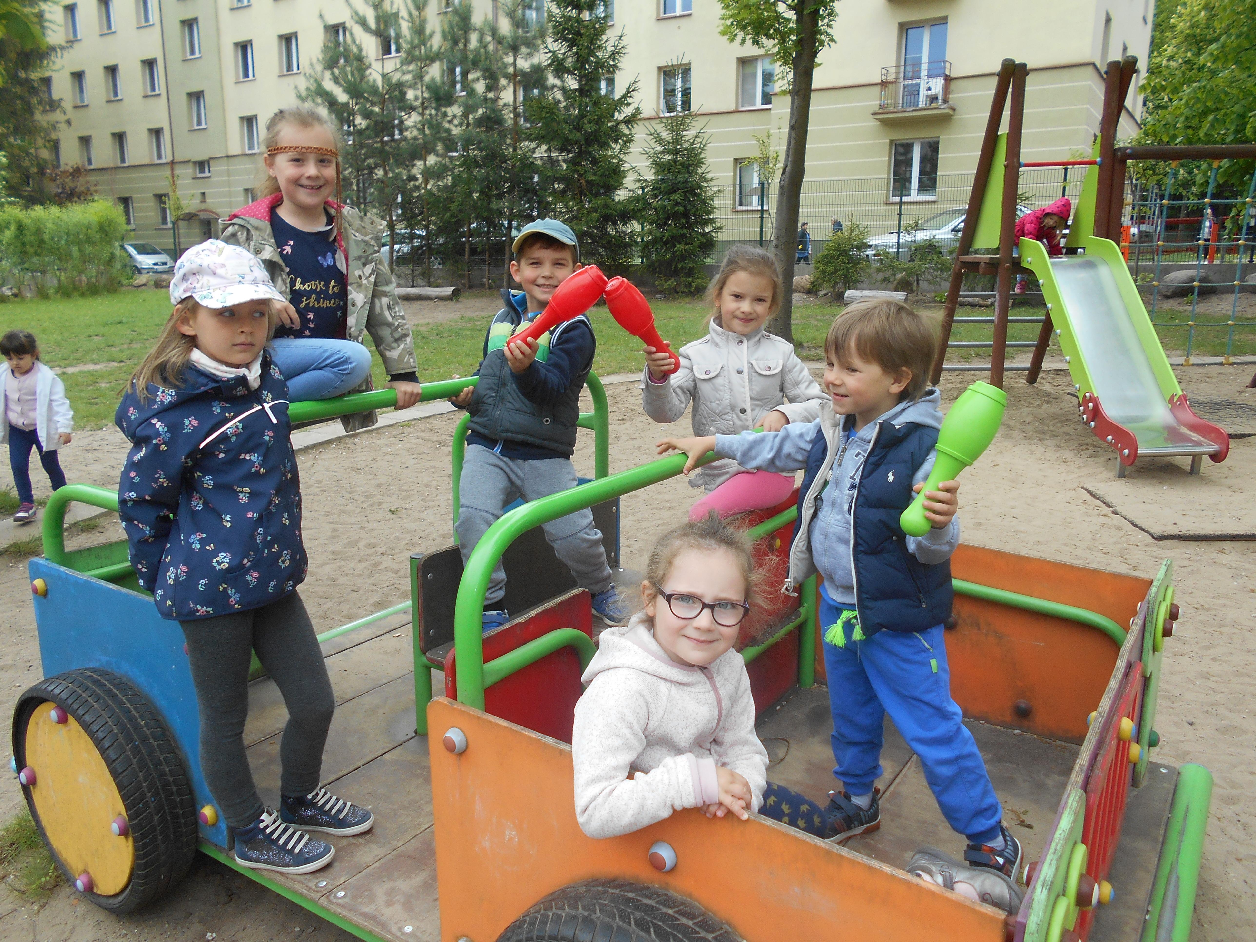 Zabawy dowolne w ogrodzie przedszkolnym – grupa VII