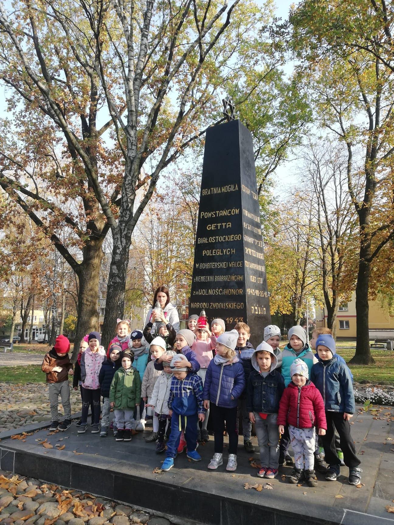 Wycieczka grupy IV pod Pomnik Bohaterów Getta