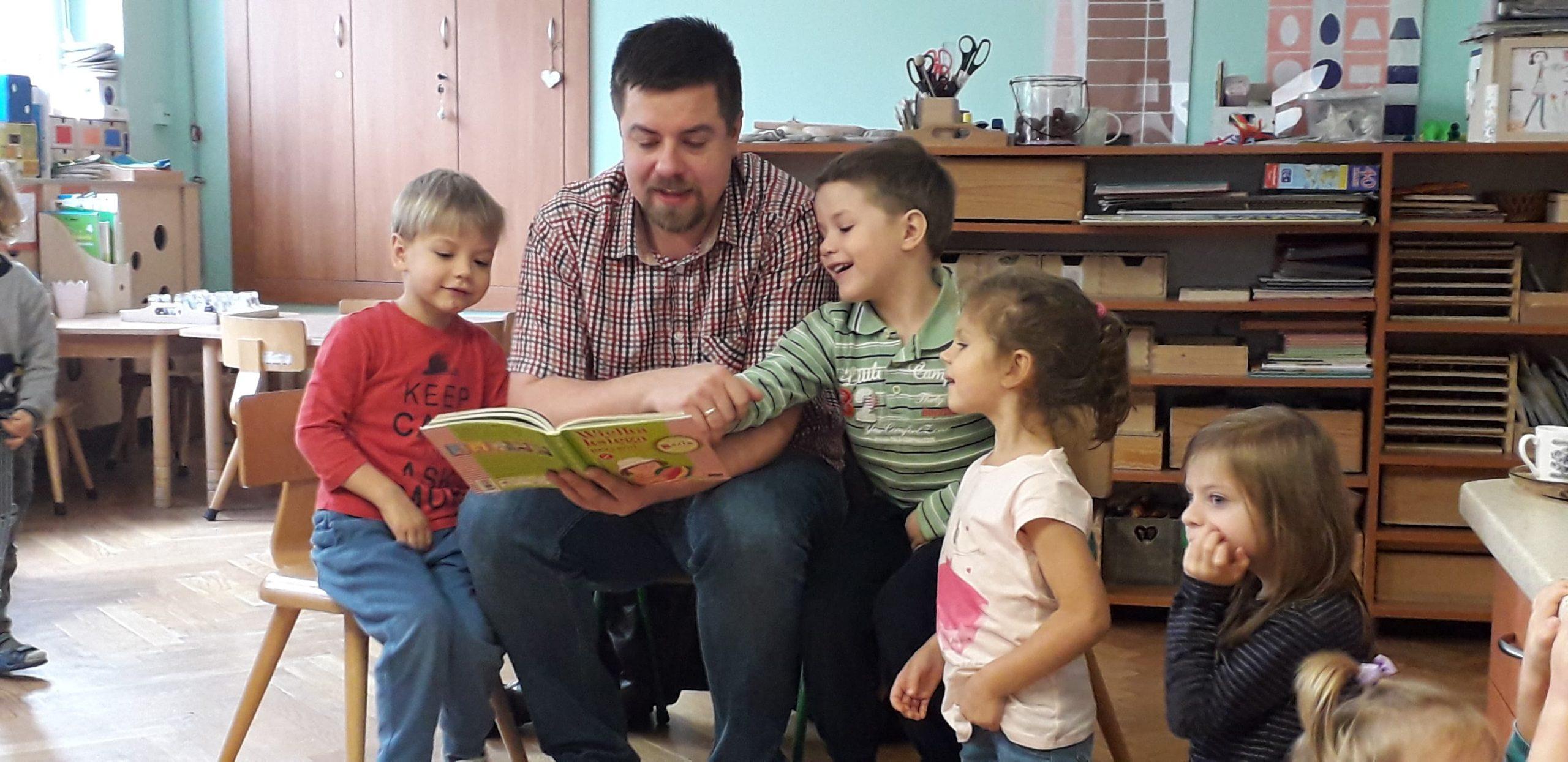 Rodzice z grupy V czytają dzieciom