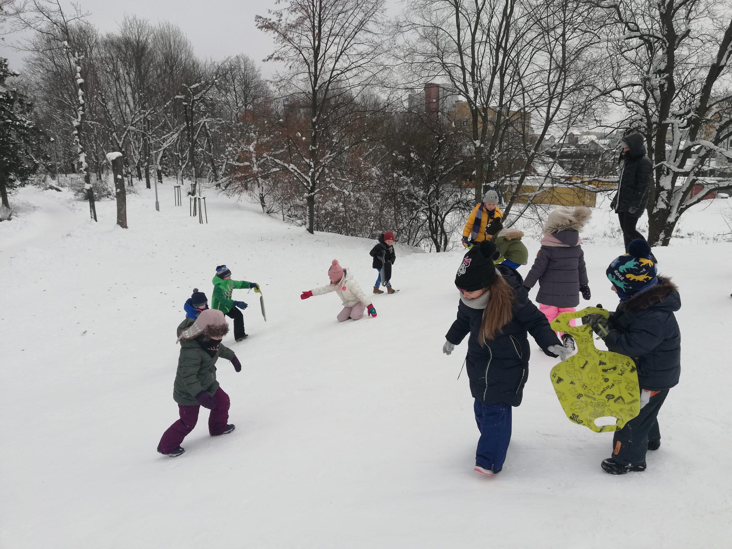 Zabawy na śniegu grupy IV